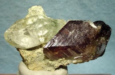 Axinite-(Fe), Quartz