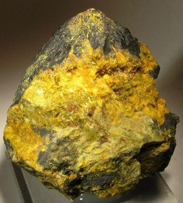 Becquerelite, Uraninite