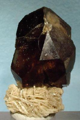 Quartz (Var: Smoky Quartz), Albite (Var: Cleavelandite)
