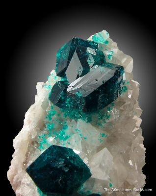 Dioptase on Calcite (fluor.)